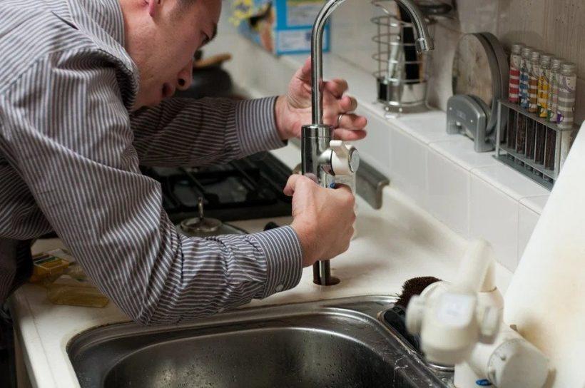 Quelles sont les causes possibles des fuites de plomberie ?